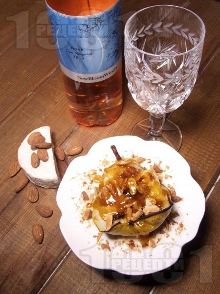 Печени круши в розе със сирене Бри, хрупкави ядки и карамел  - снимка на рецептата